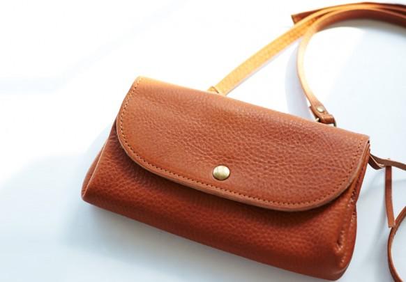 osaifu sholder 582x405 - コンパクト 本革財布を開発しました!