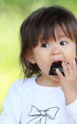 tachiaruki 253x405 - 1歳児の立ち歩き食べはダメ?