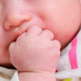 大歓迎!生後3ヶ月のげんこつしゃぶり