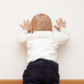 床や壁に頭ゴンゴン打ちつける赤ちゃん。大丈夫?